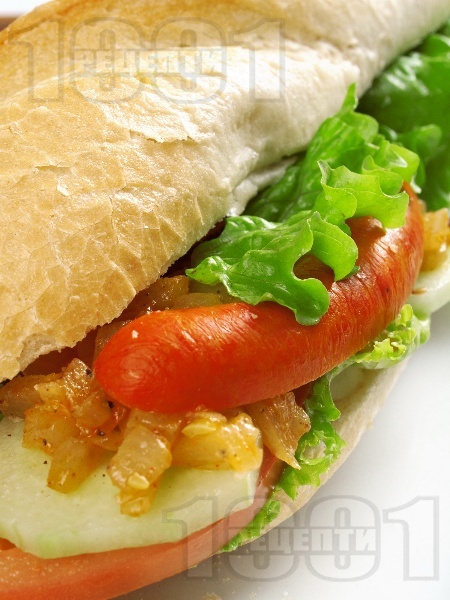 Сандвич с лук и вурстче - снимка на рецептата